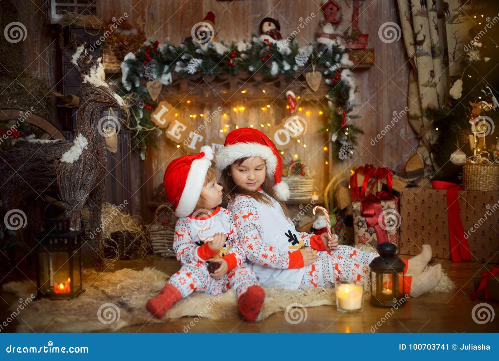 Маленькие сестры в пижамах на Рожденственской ночи