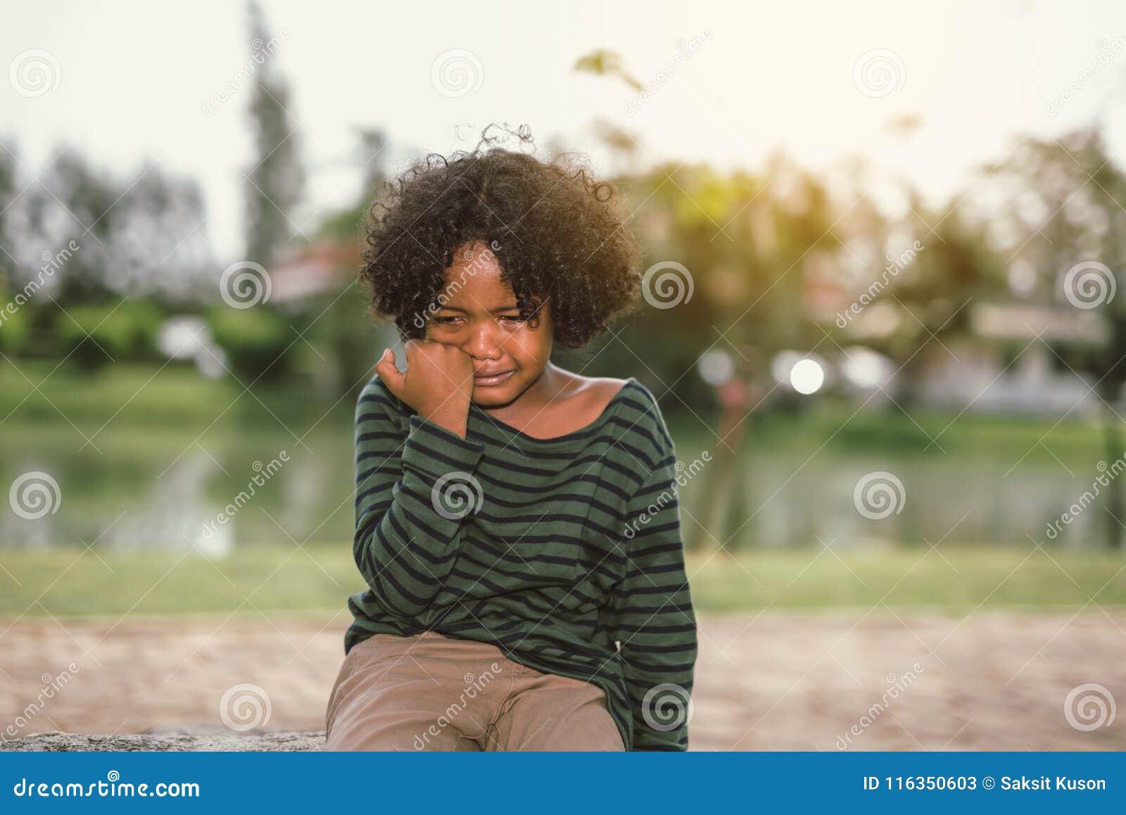 Маленький Афро-американский плакать мальчика
