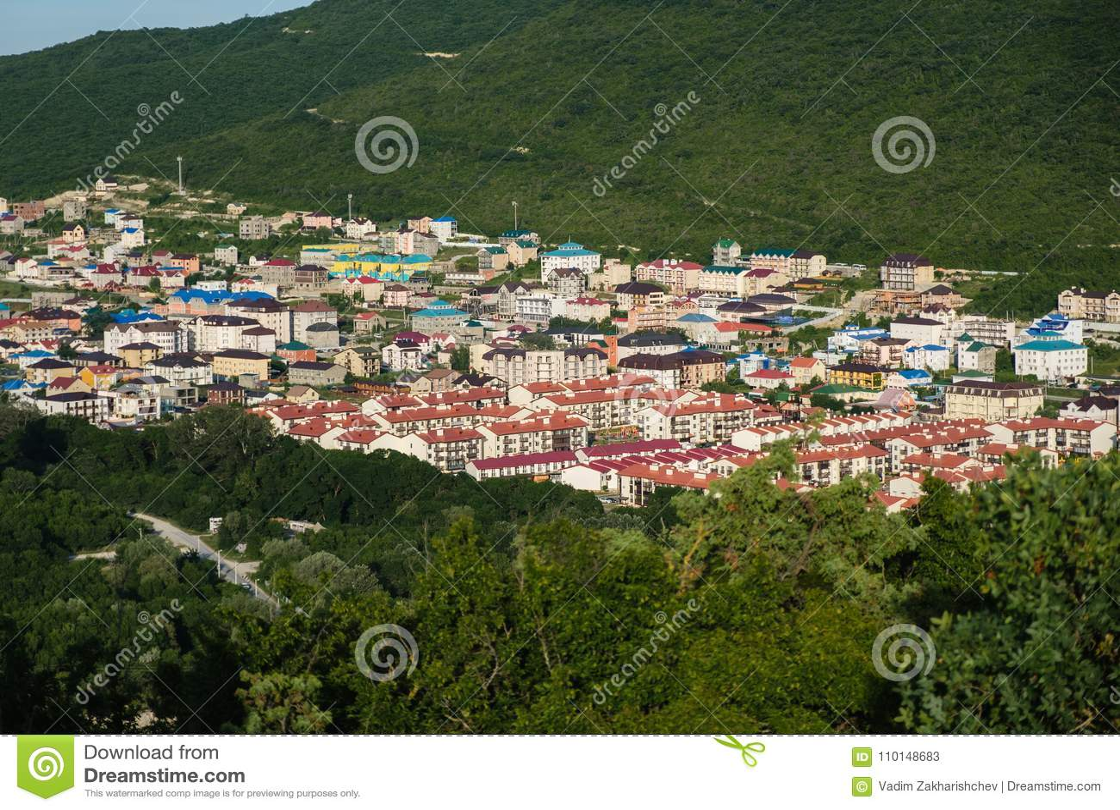 Маленький город в ущелье горы Красивый вид от высоты Вечер лета в горе