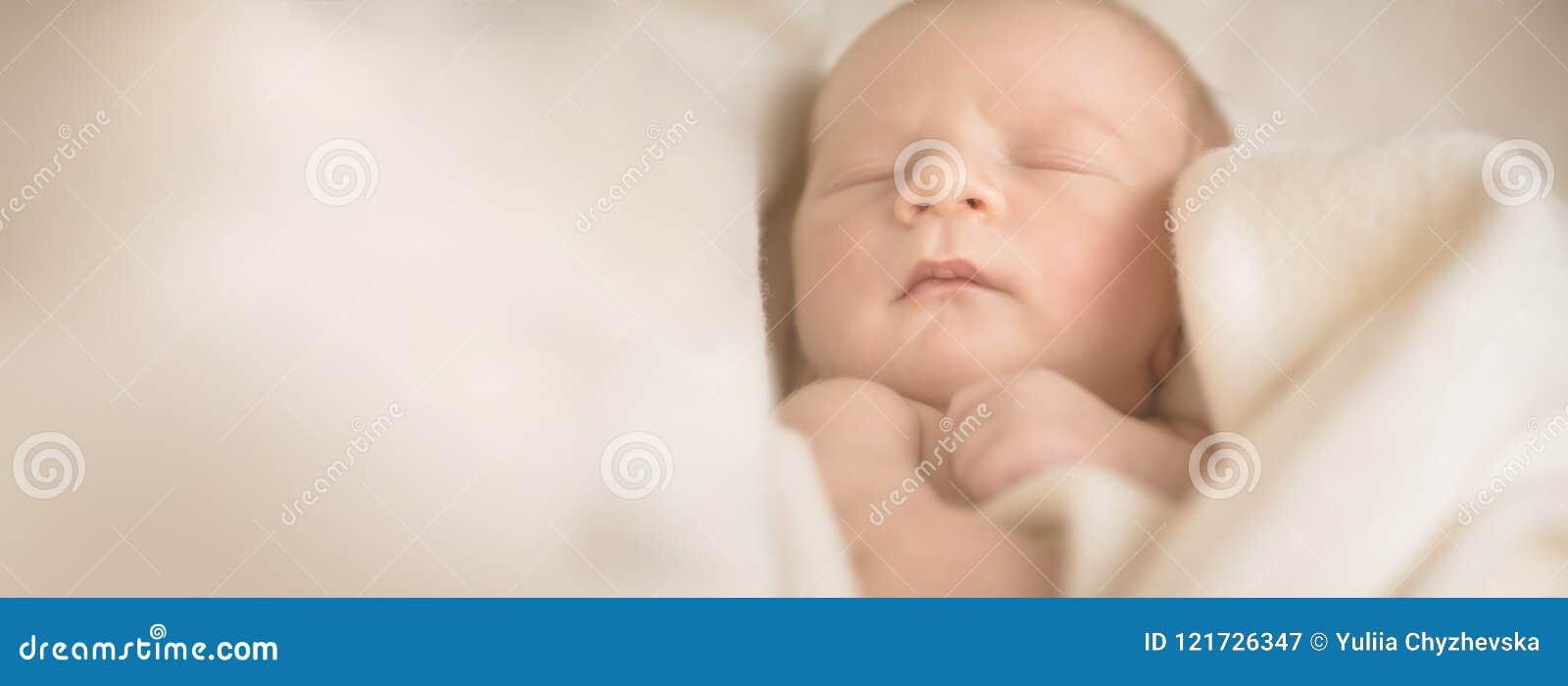 Маленький спать newborn младенец в одеяле обруча сметанообразном 13 дня старого скопируйте космос для вашего текста Материнство,