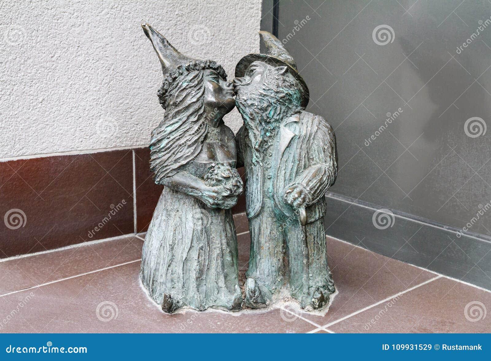 Малые бронзовые гномы по имени - Nowozency статуи, целовать гномов пар новобрачных