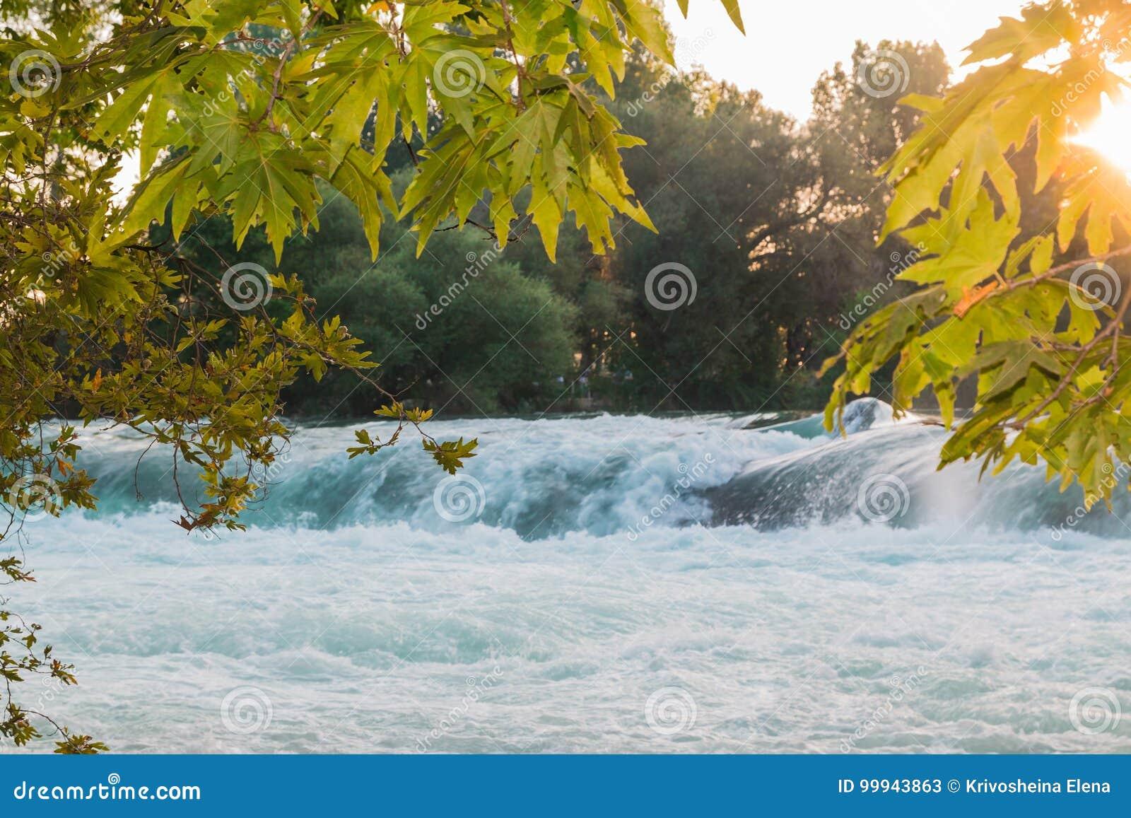 Малый водопад на реке загоренном по солнцу