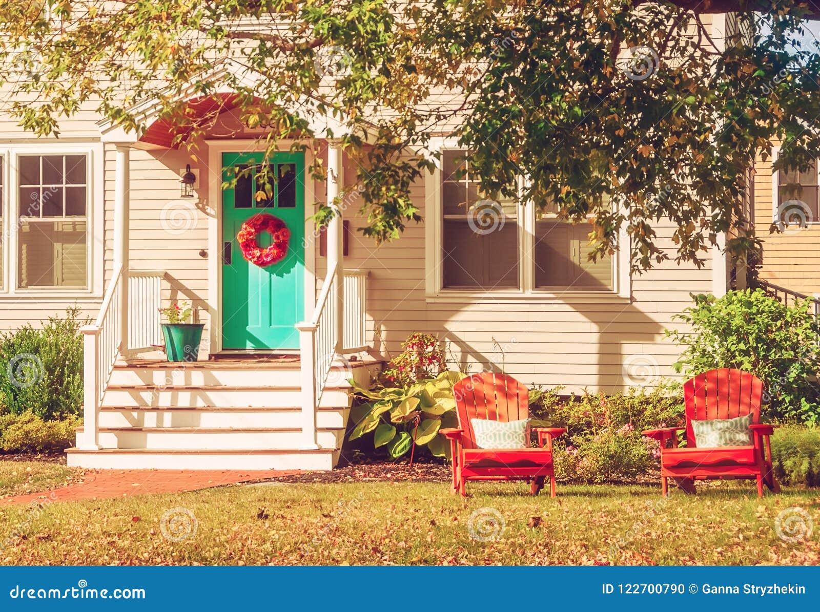 Малый уютный деревянный традиционный американский дом с деревянными стульями крылечком День осени солнечный сбор винограда типа л