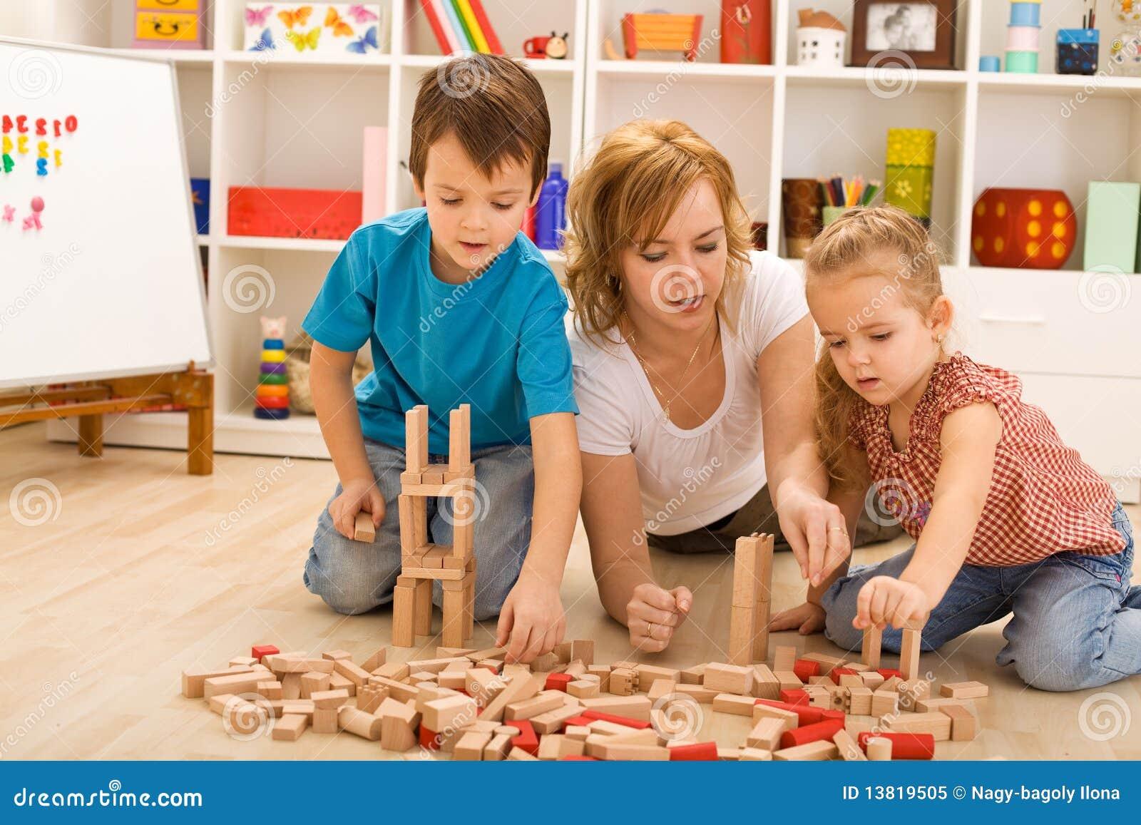малыши блоков играя женщину деревянную