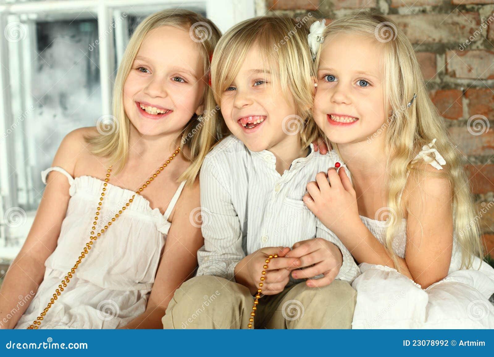 малыши друзей детей счастливые