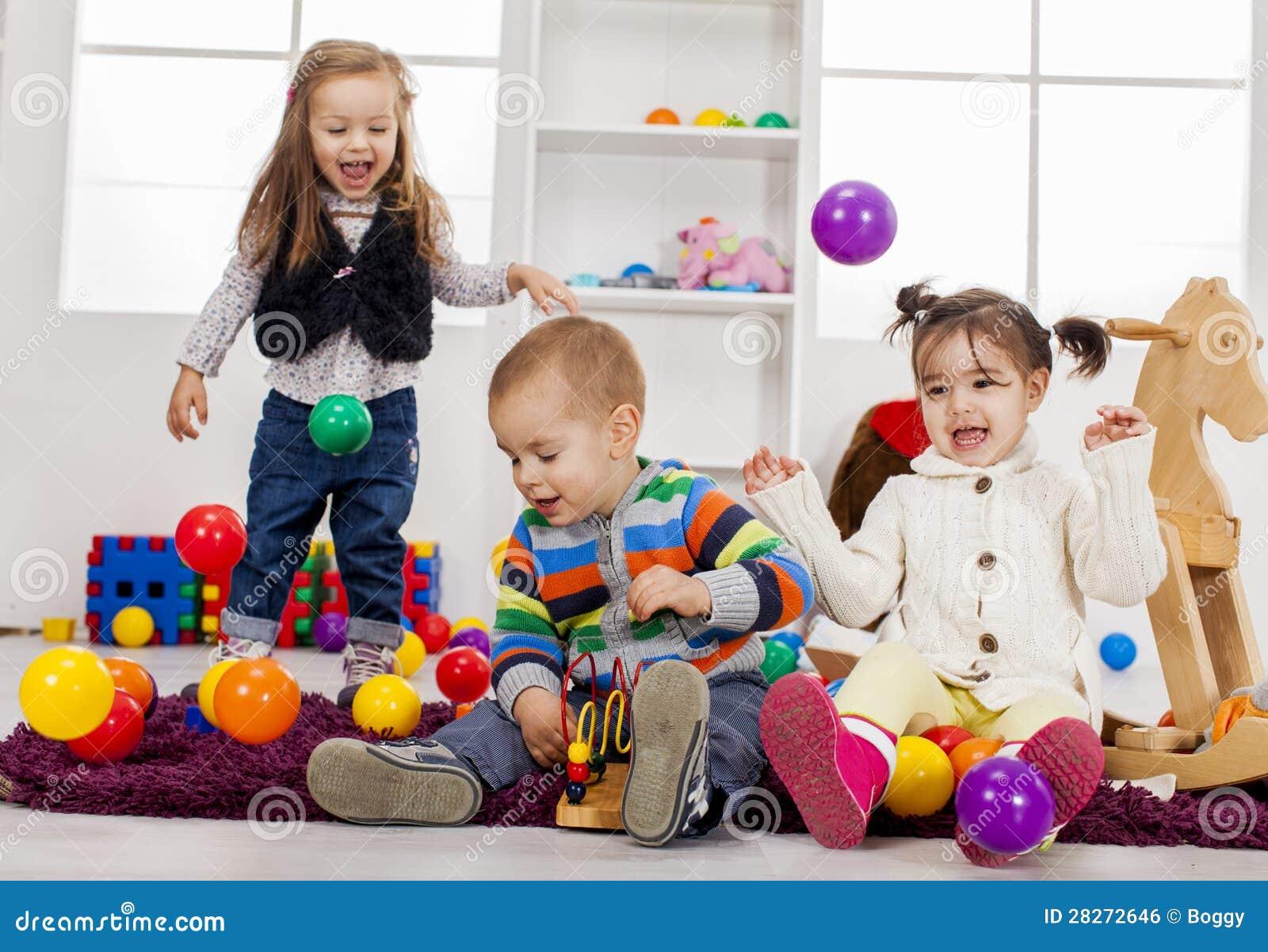 Малыши играя в комнате