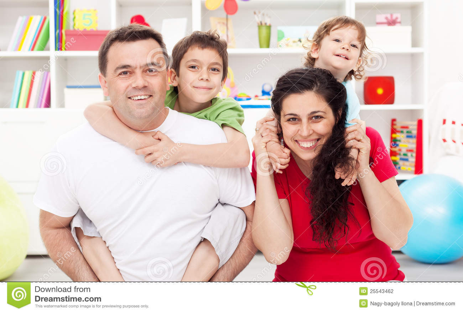 малыши 2 семьи счастливые
