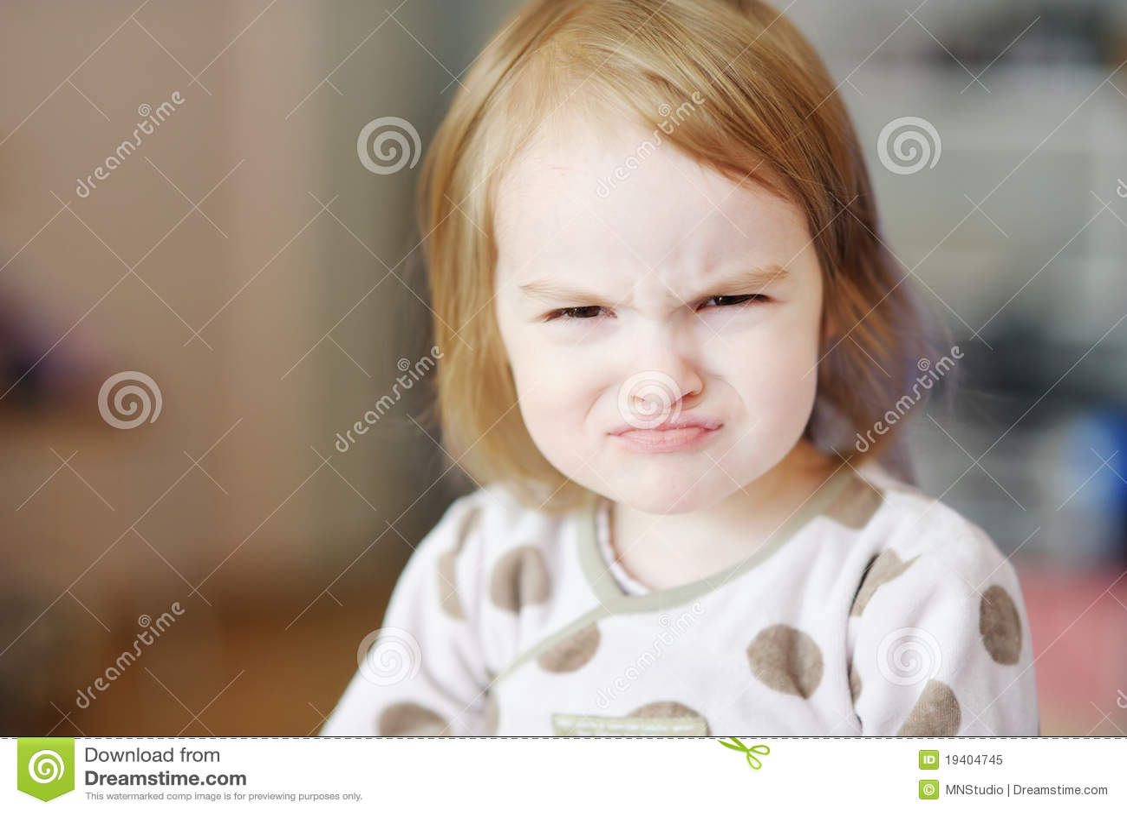 малыш сердитой девушки маленький