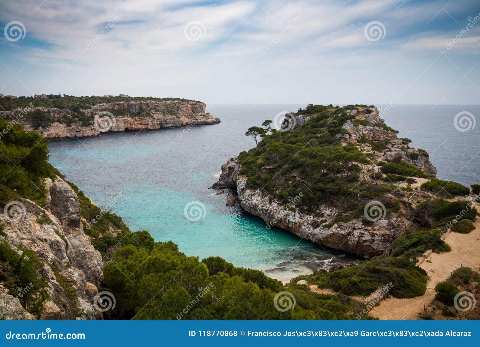 Мальорка, Испания; 17-ое марта 2018: Взгляды бухты причаливать o
