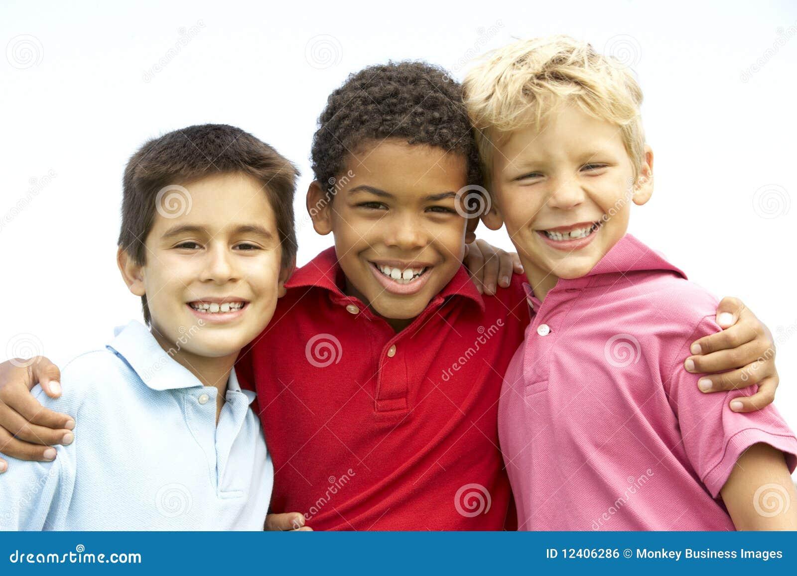 мальчики паркуют играть детенышей