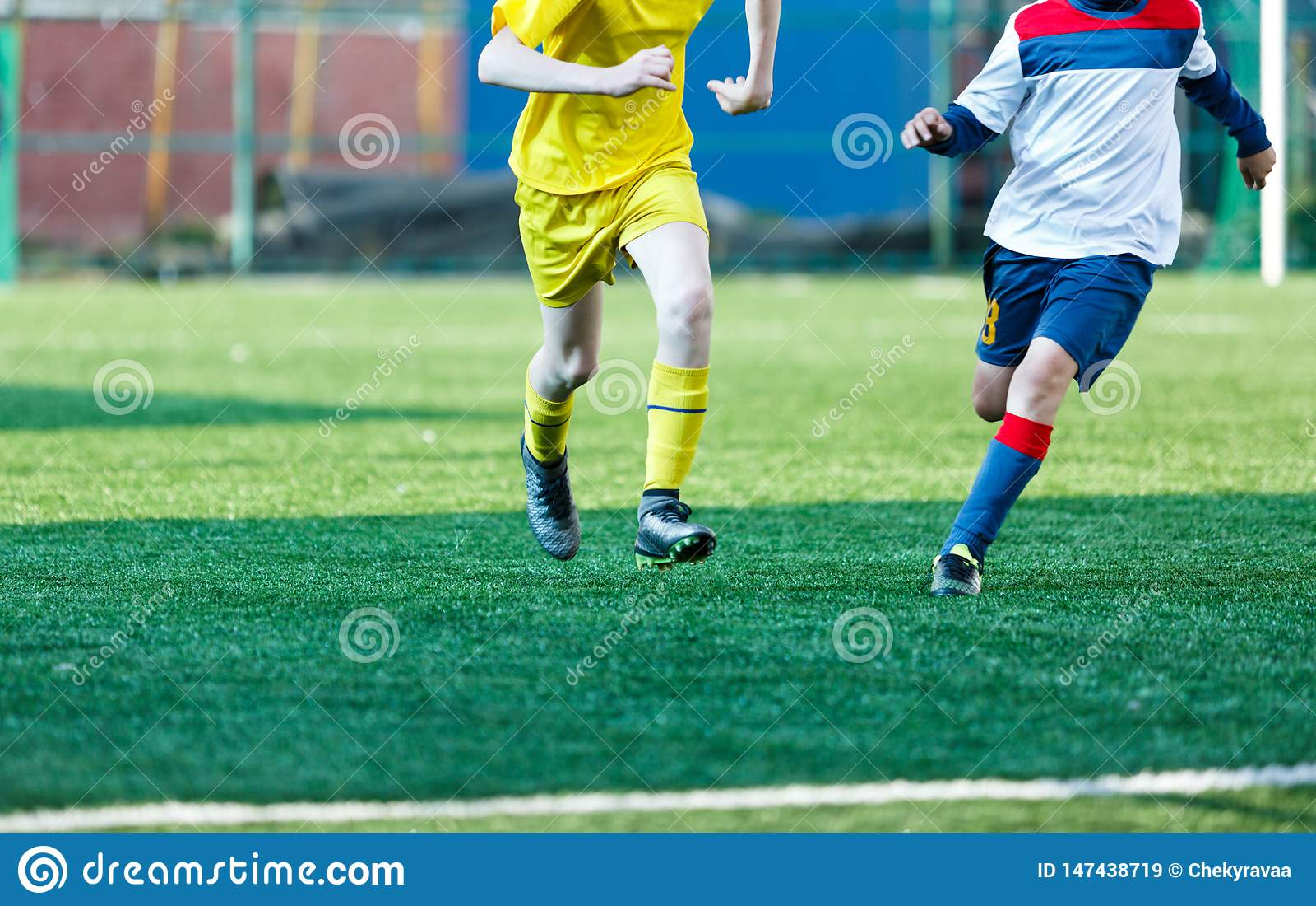 Мальчики футбольных команд в желтом белом футболе игры sportswear на зеленом поле Капая навыки Игра команды, тренировка,