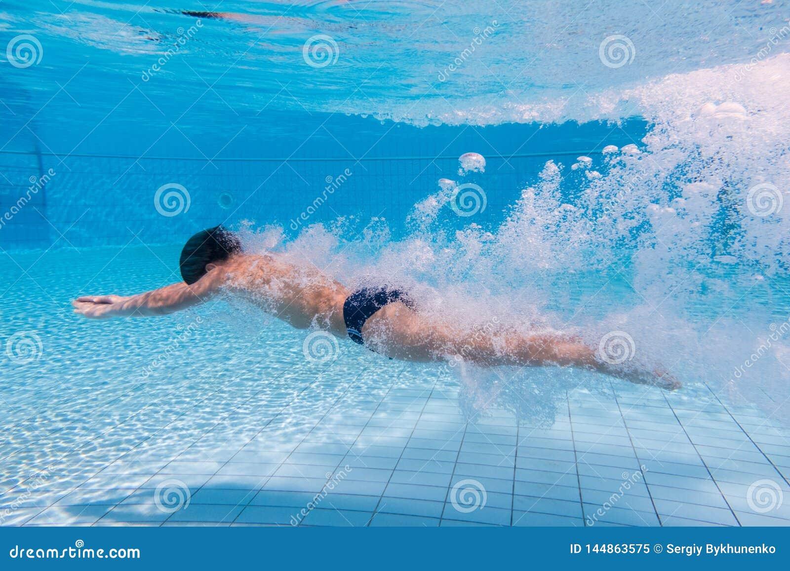 Пикирование мальчика в бассейне