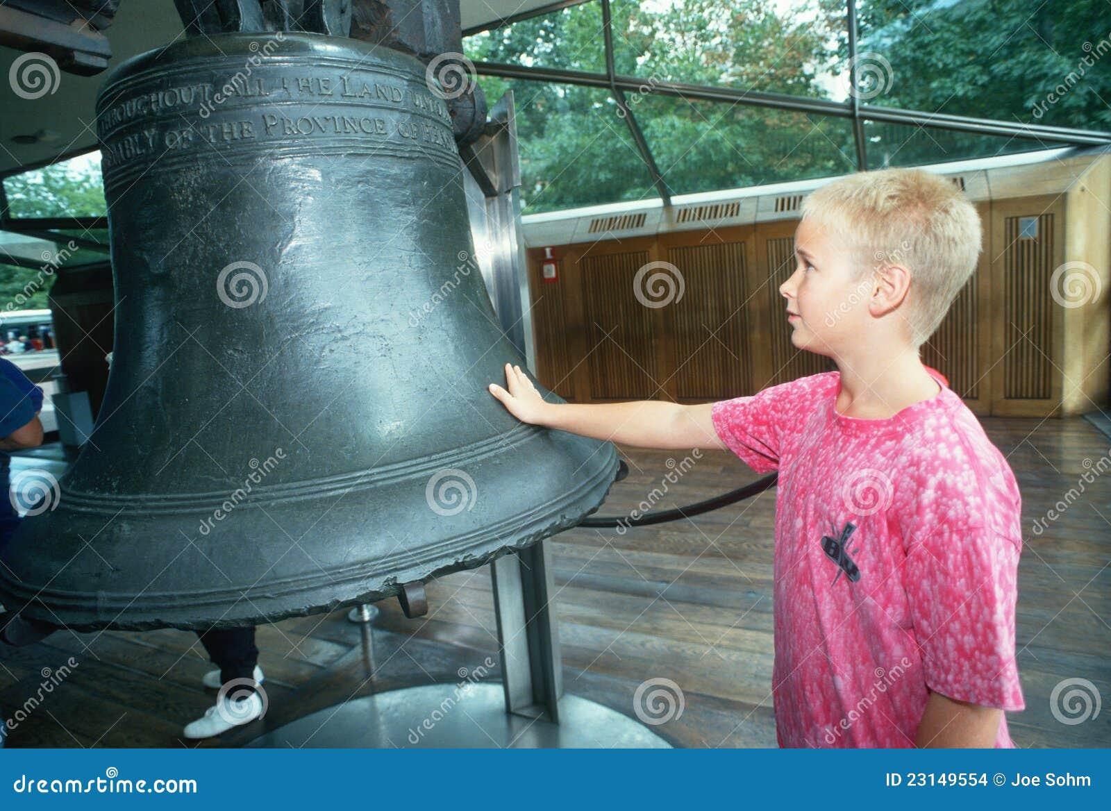 Мальчик вольность колокол