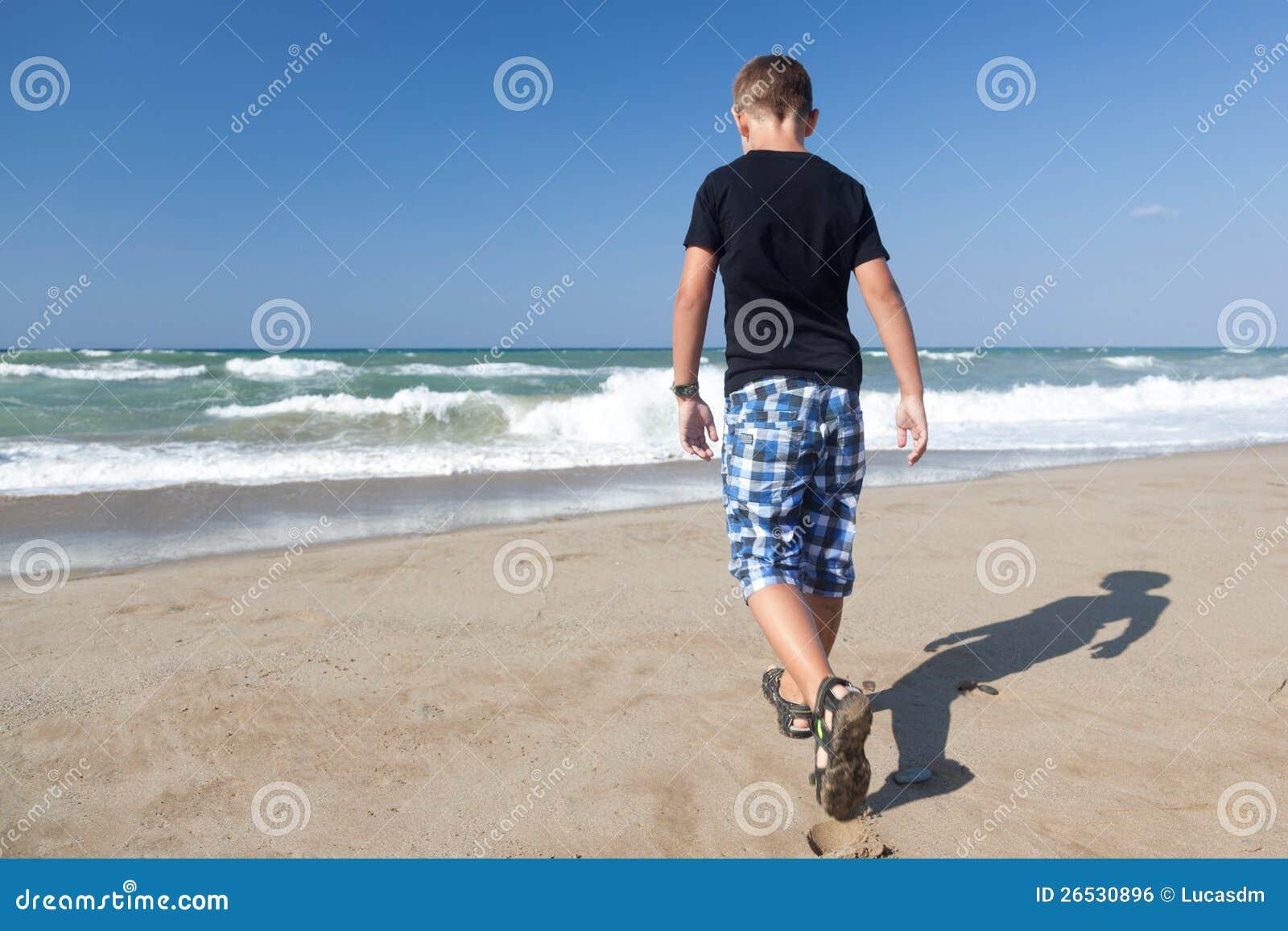 Мальчик гуляя самостоятельно на пляж 1