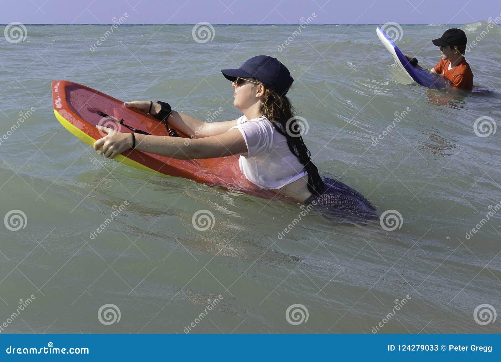 Мальчик & девушка на bodyboards