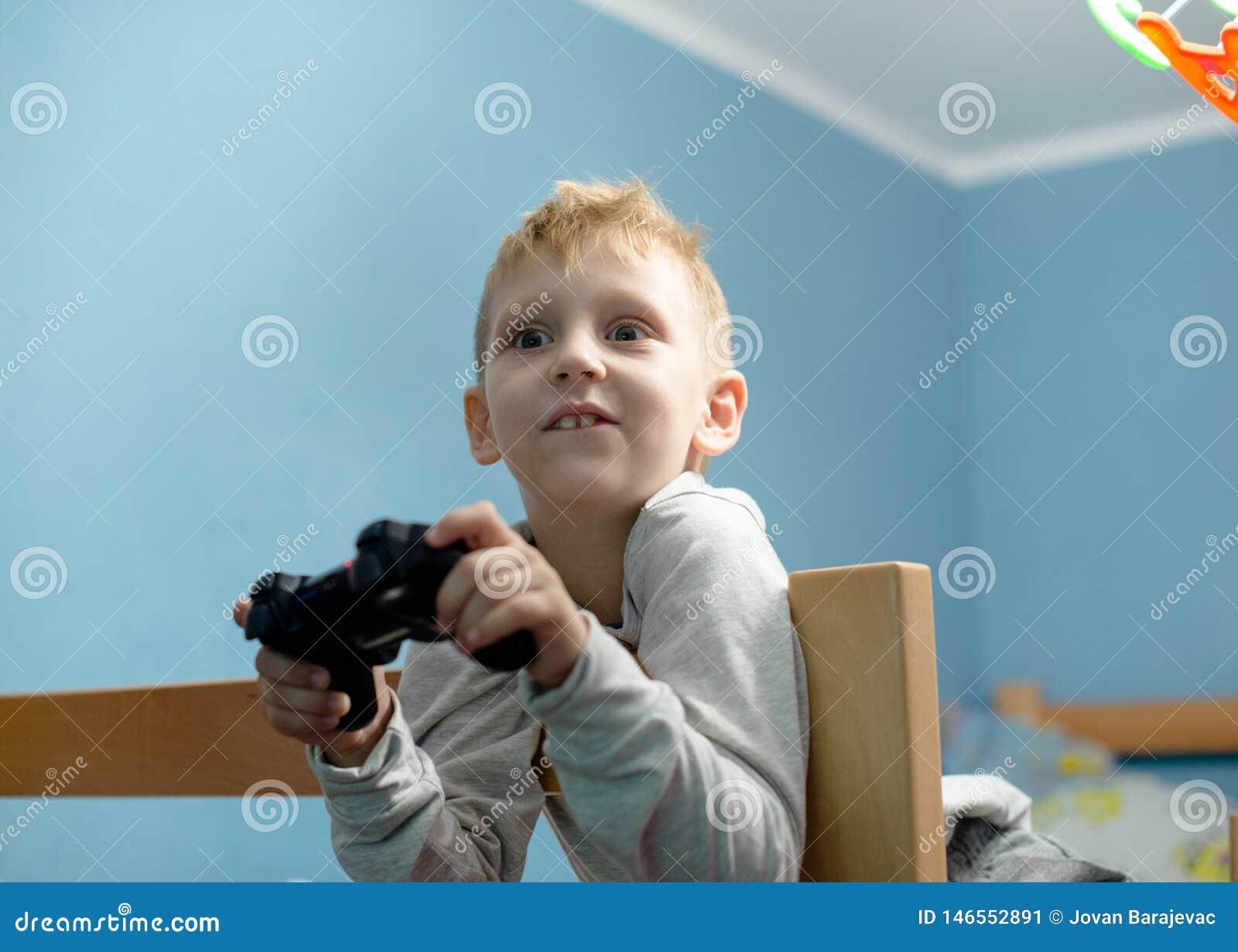 Мальчик играя видеоигры