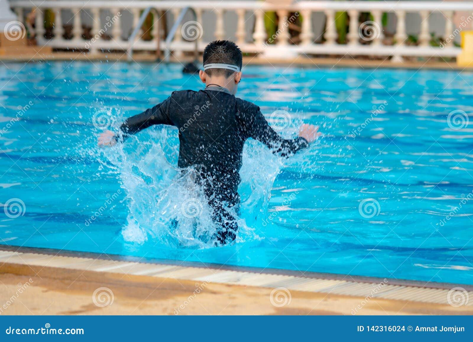 Мальчик играя воду
