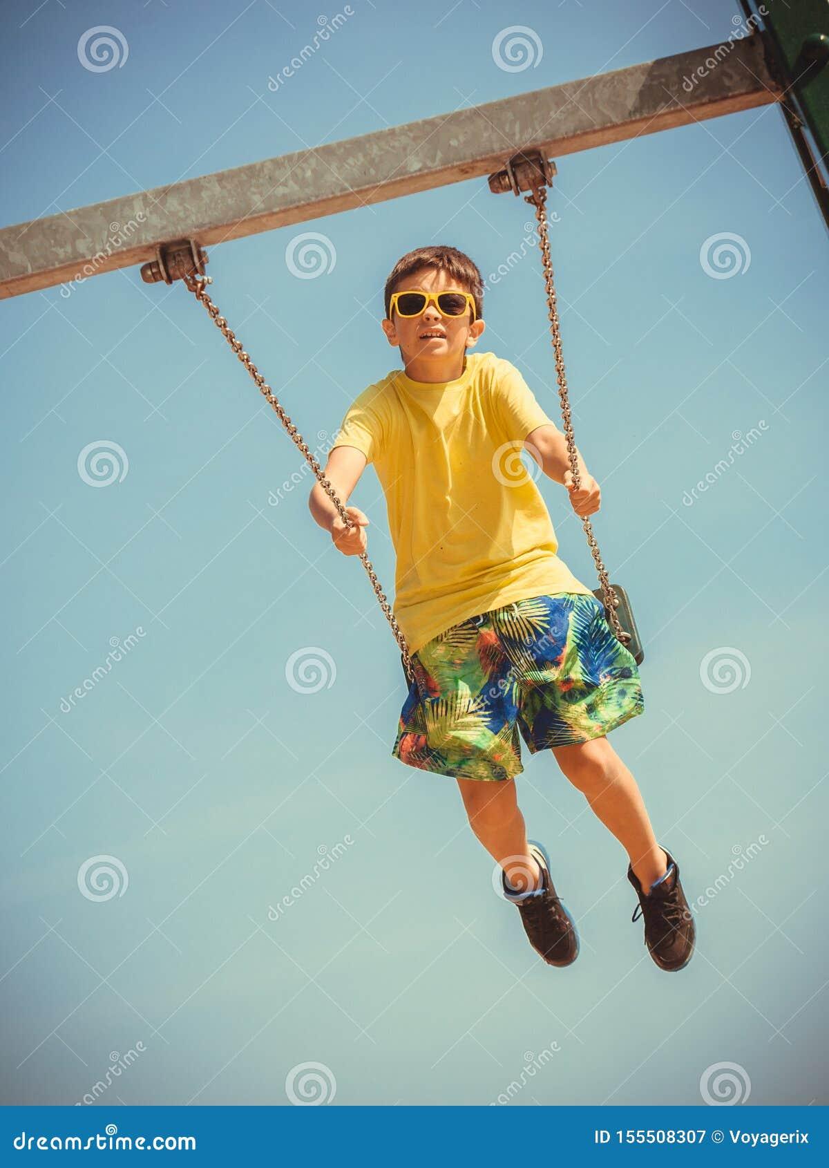 Мальчик играя отбрасывать качани-набором