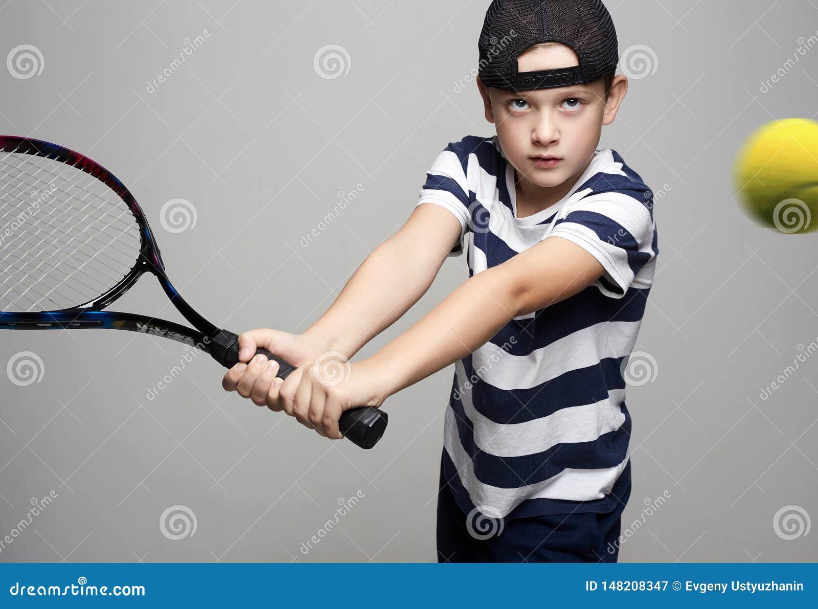 Мальчик играя теннис Ребенк спорта