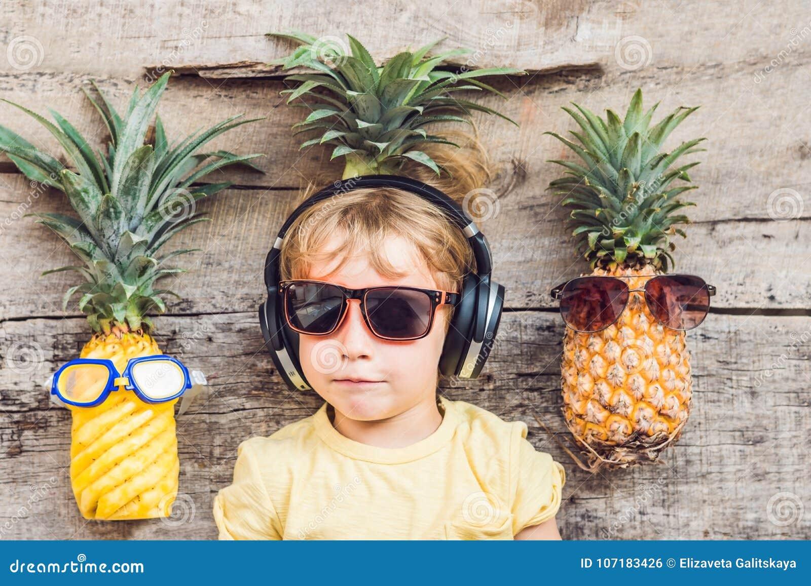 Мальчик и ананасы ананаса на каникулах
