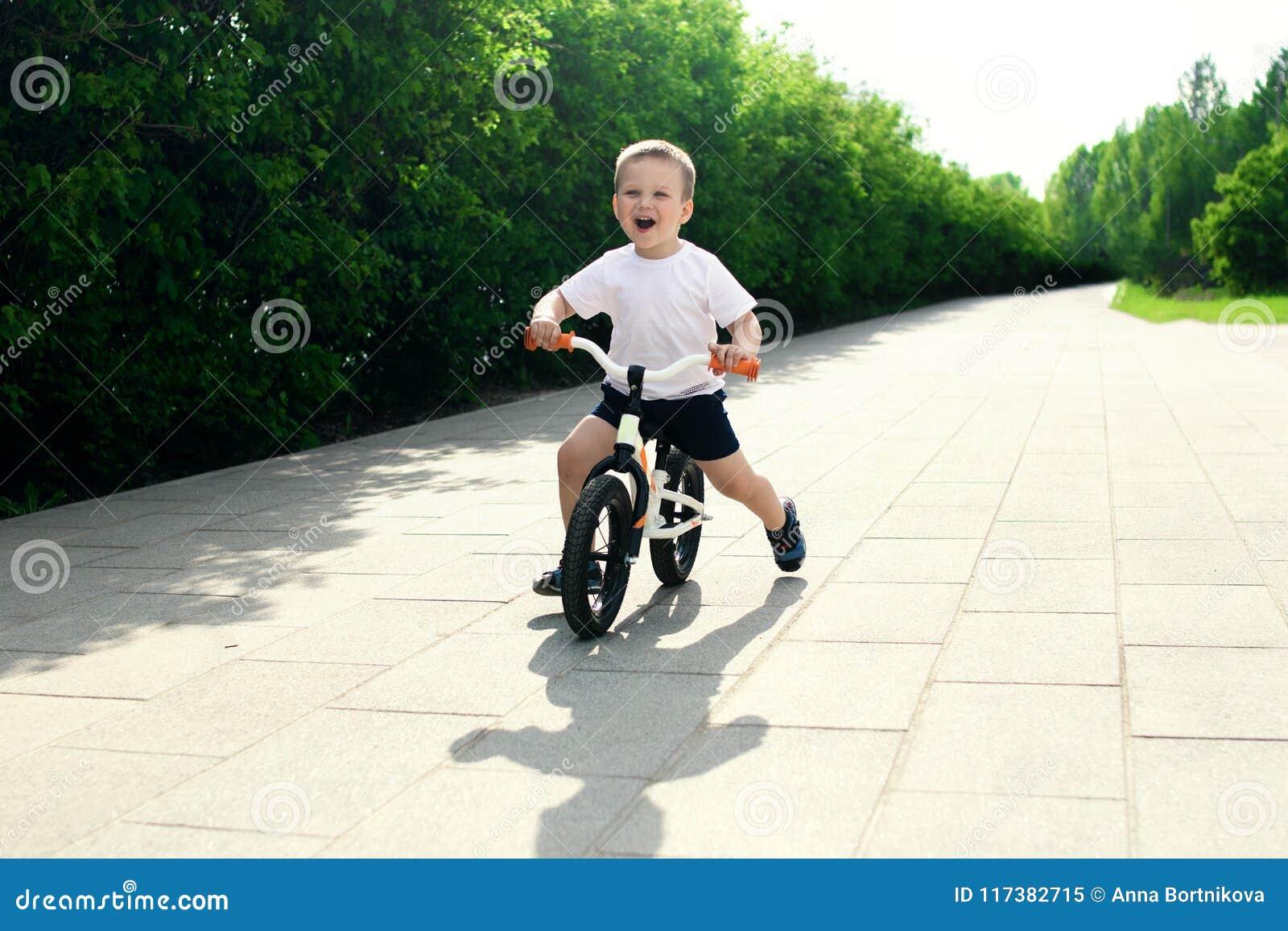 Мальчик на велосипеде Уловленный в движении, на подъездной дороге Presch