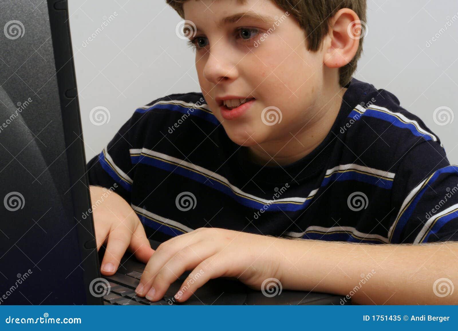 мальчик проверяя детенышей электронной почты