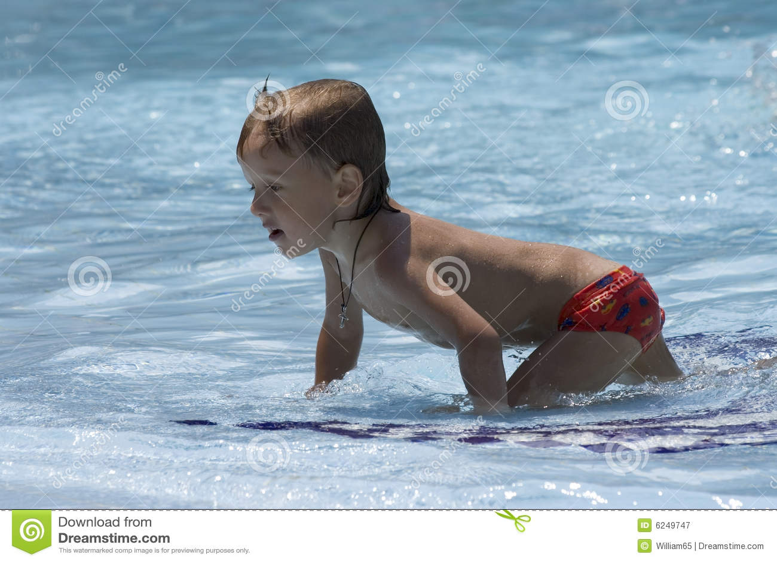 мальчик проползает колени меньшее мелководье влажное
