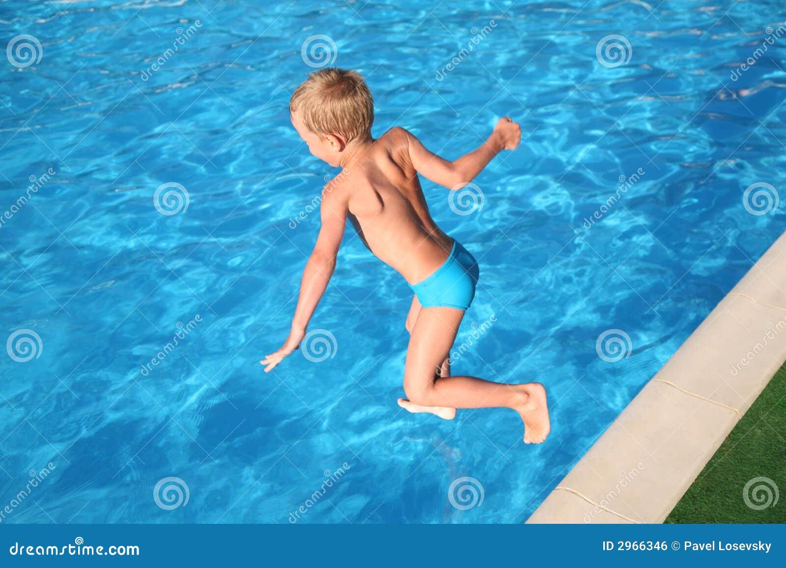 С мальчиком у бассейна 5 фотография