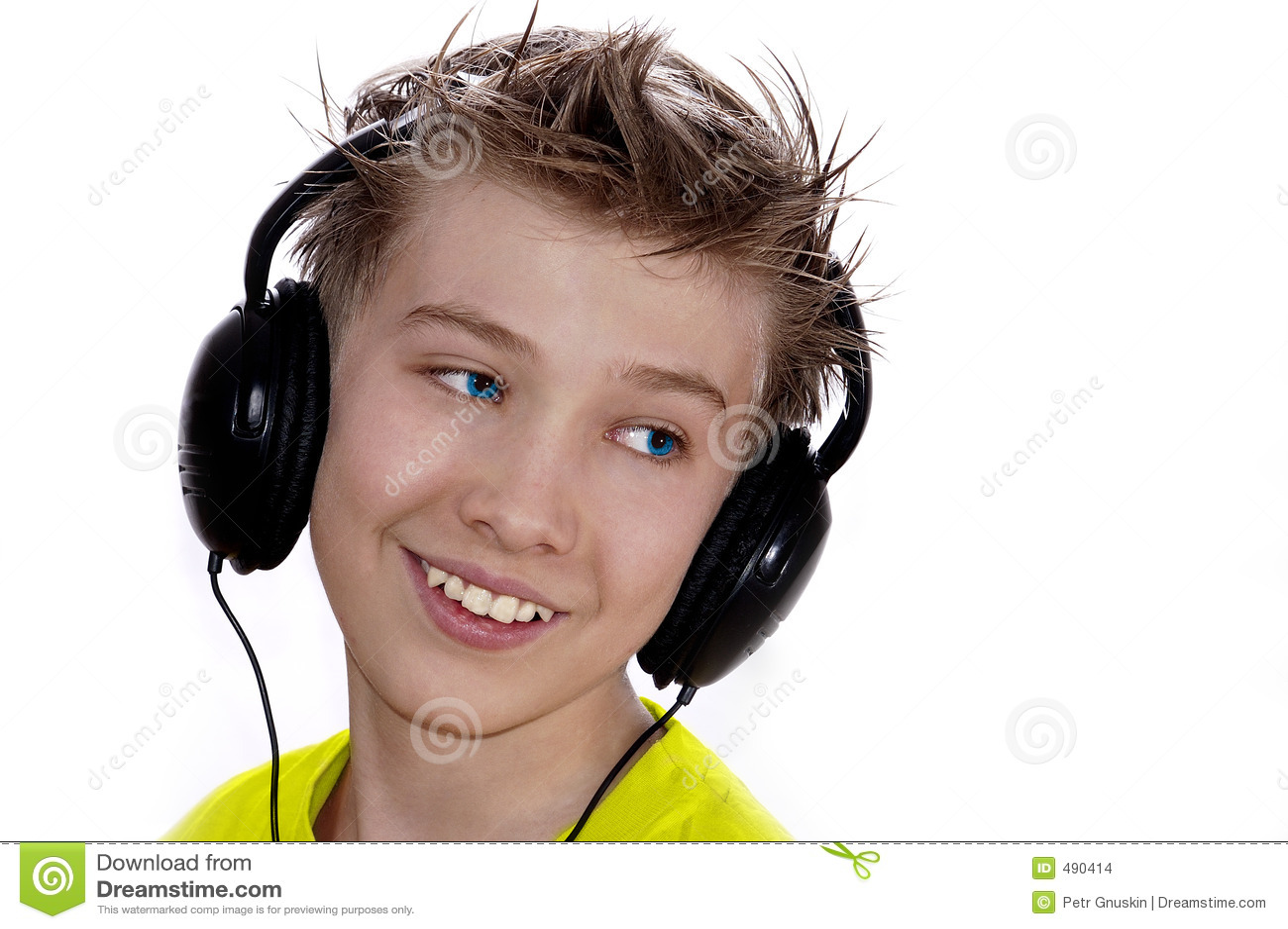 мальчик слушает нот к