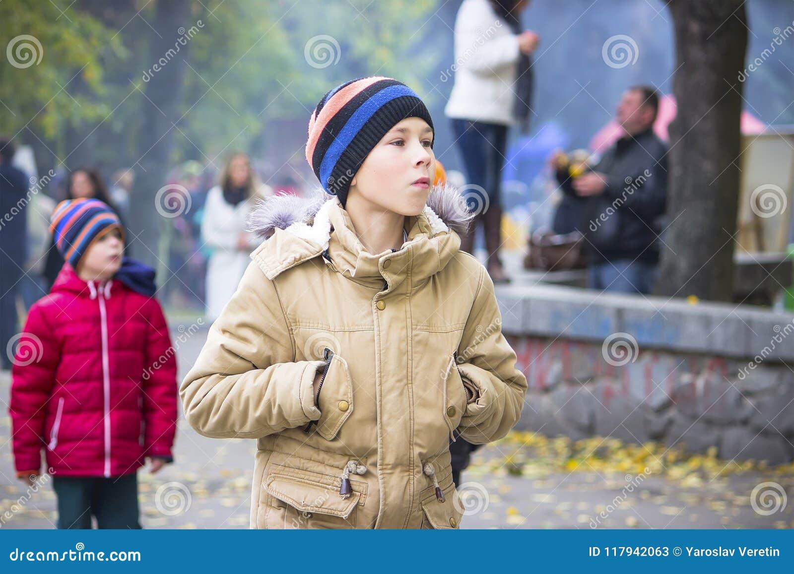 Мальчик смотрит вне на событии