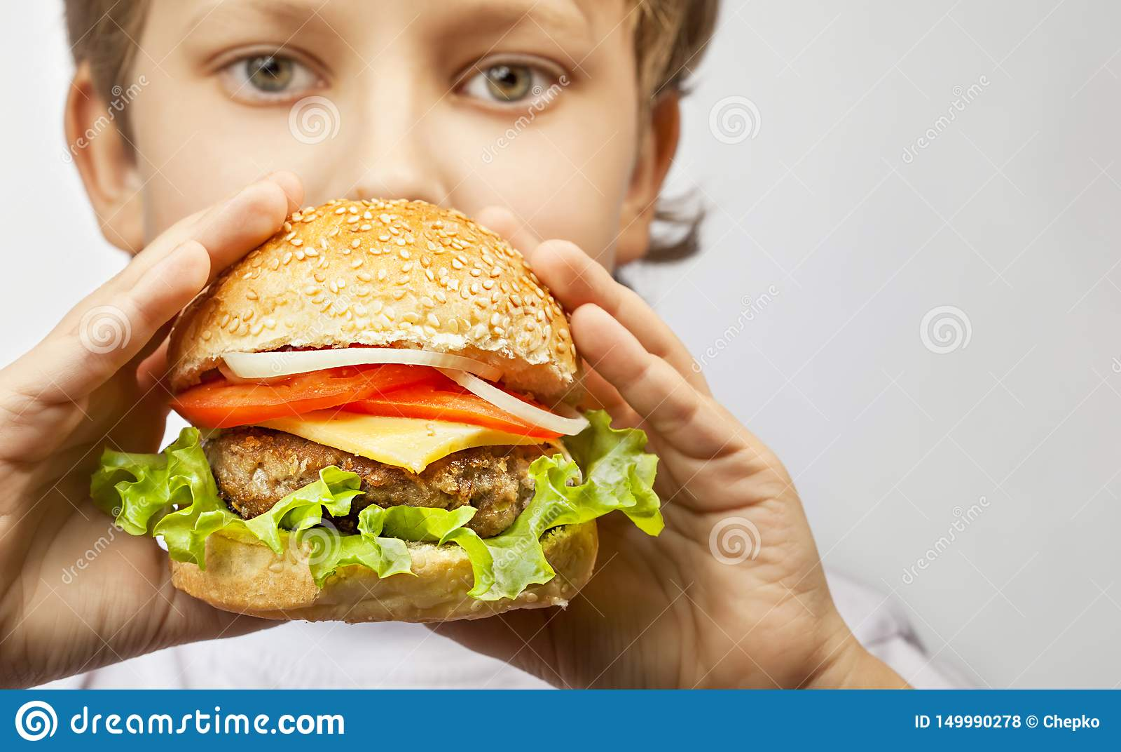 Мальчик с бургером