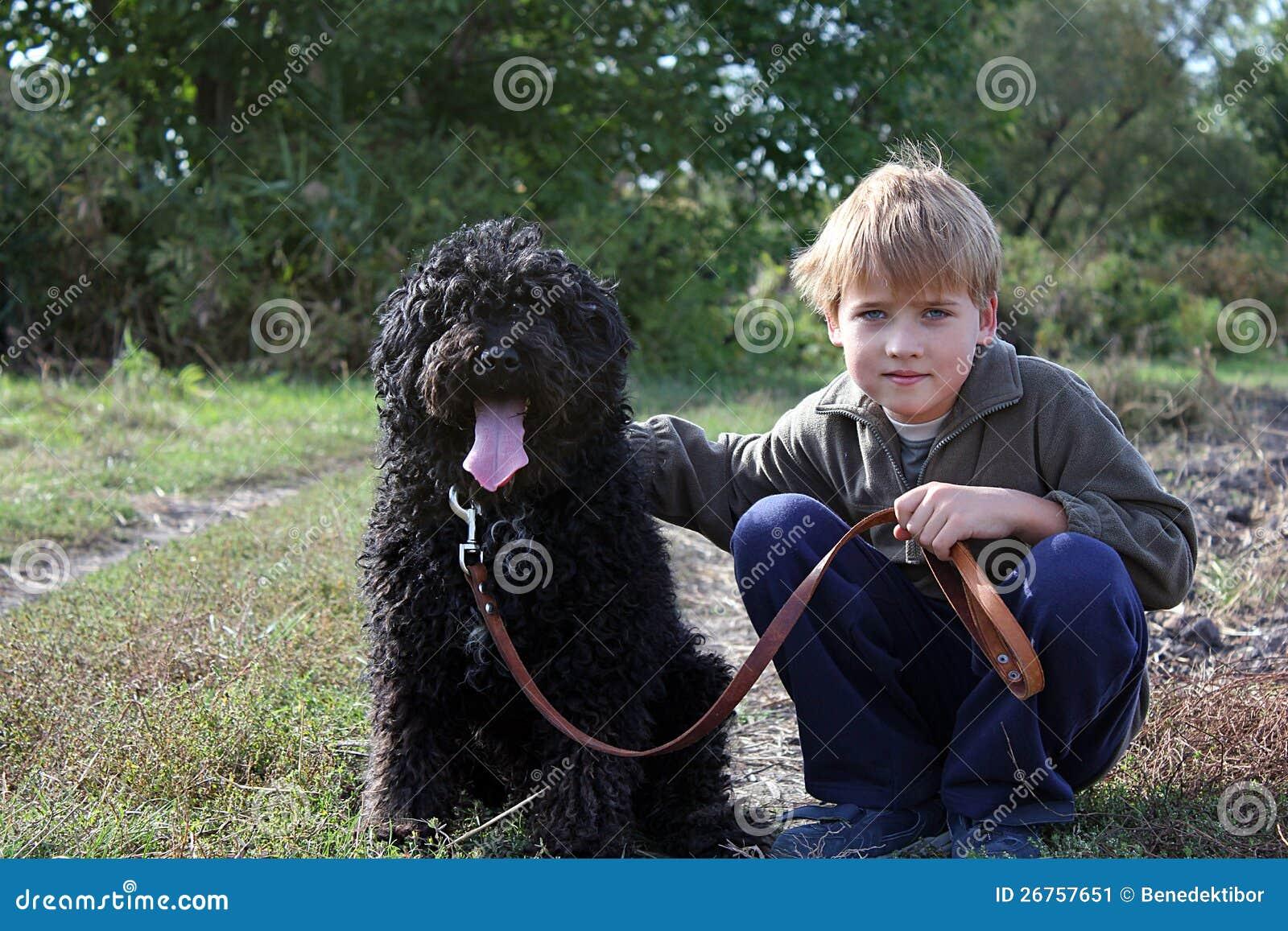 Мальчик с его собакой