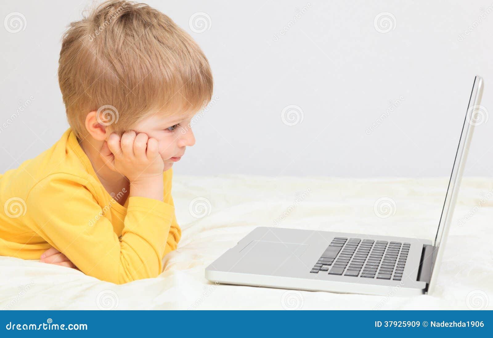 Мальчик с компьтер-книжкой дома