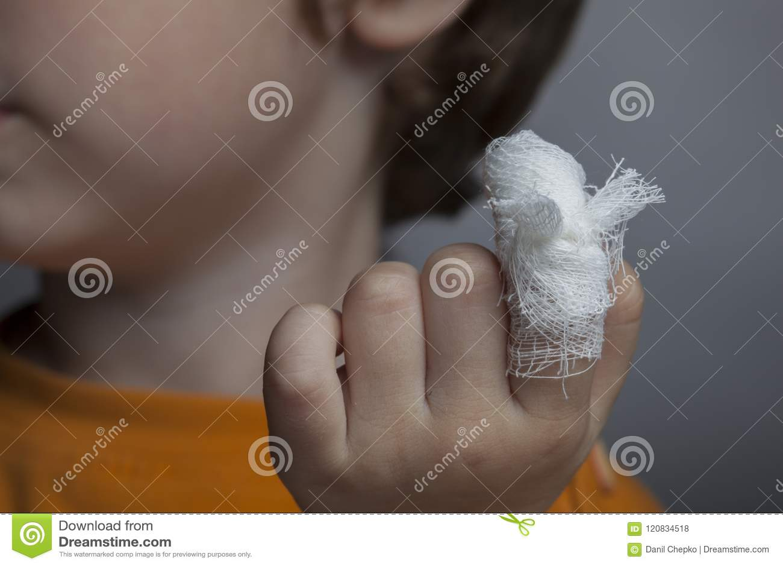 Мальчик с перевязанной раной на его пальце
