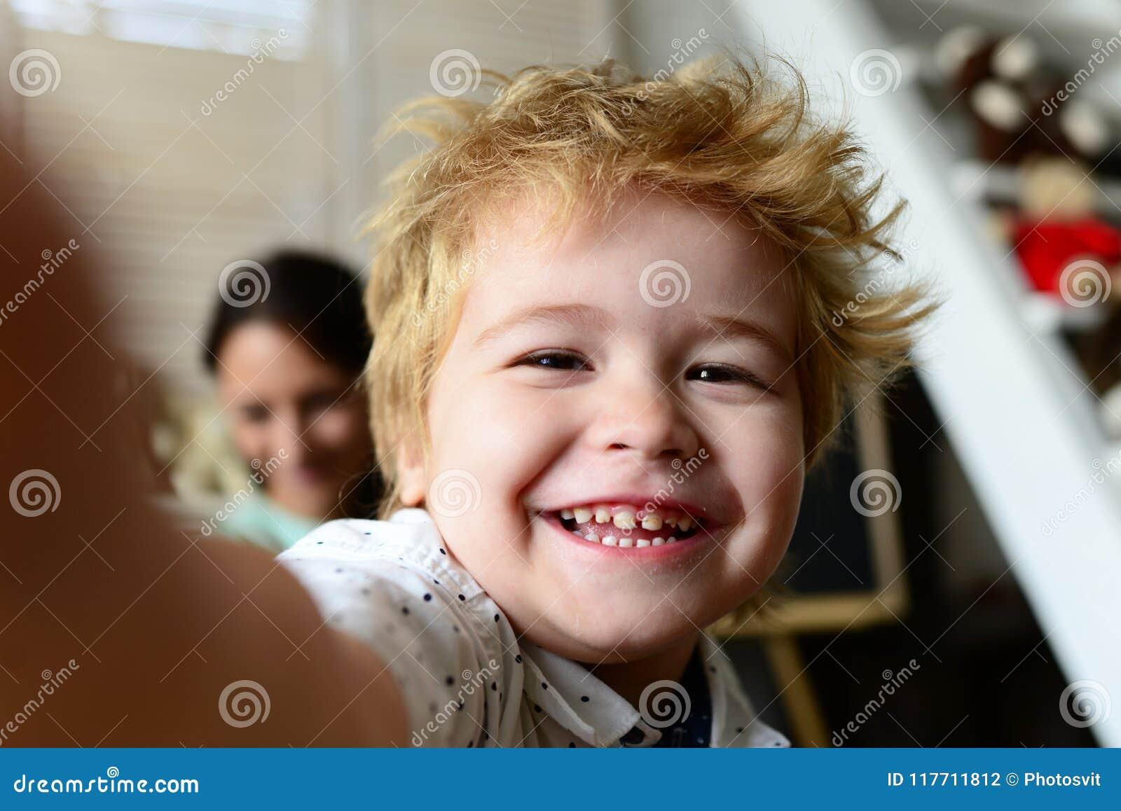 Мальчик тратит время потехи в игровой Ребенок с жизнерадостной стороной