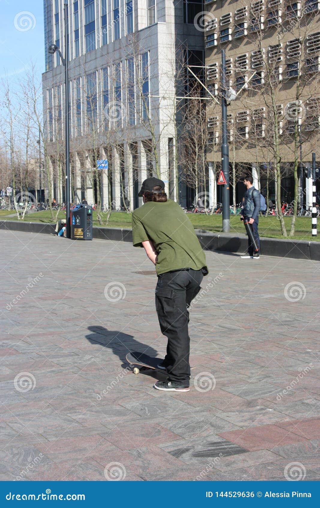 мальчик улицы поднятый в современной метрополии роттердама в