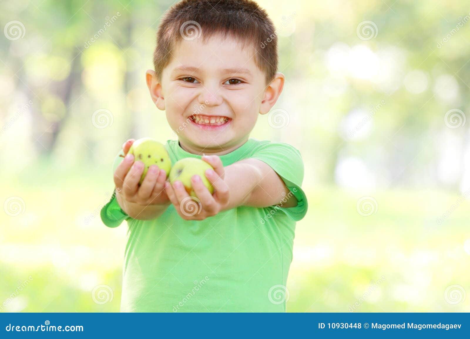 мальчик яблок давая зеленый цвет