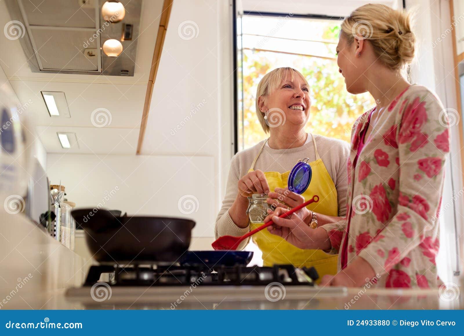 С мамкой на кухне, Мама и сын на кухне - смотреть порно онлайн или скачать 23 фотография