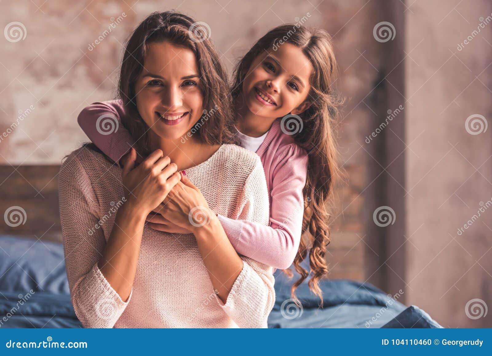 Мама и дочь дома