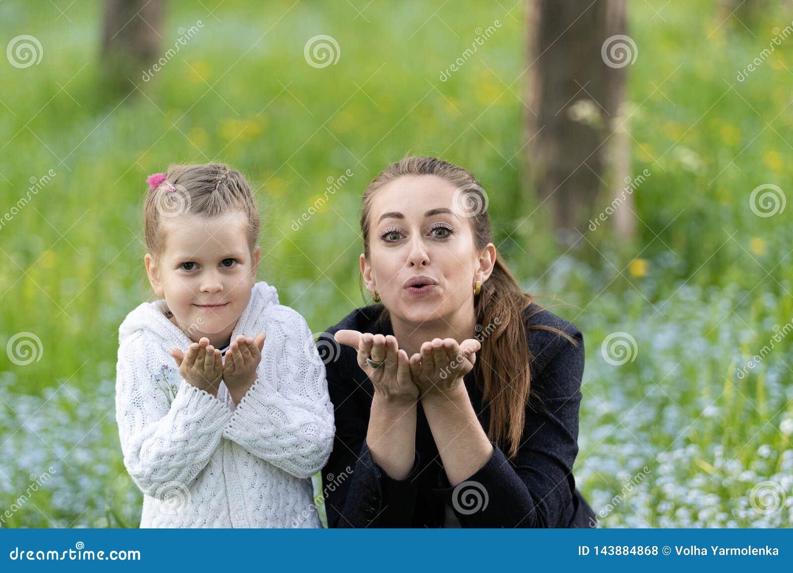 Мама и дочь отправляют поцелуй
