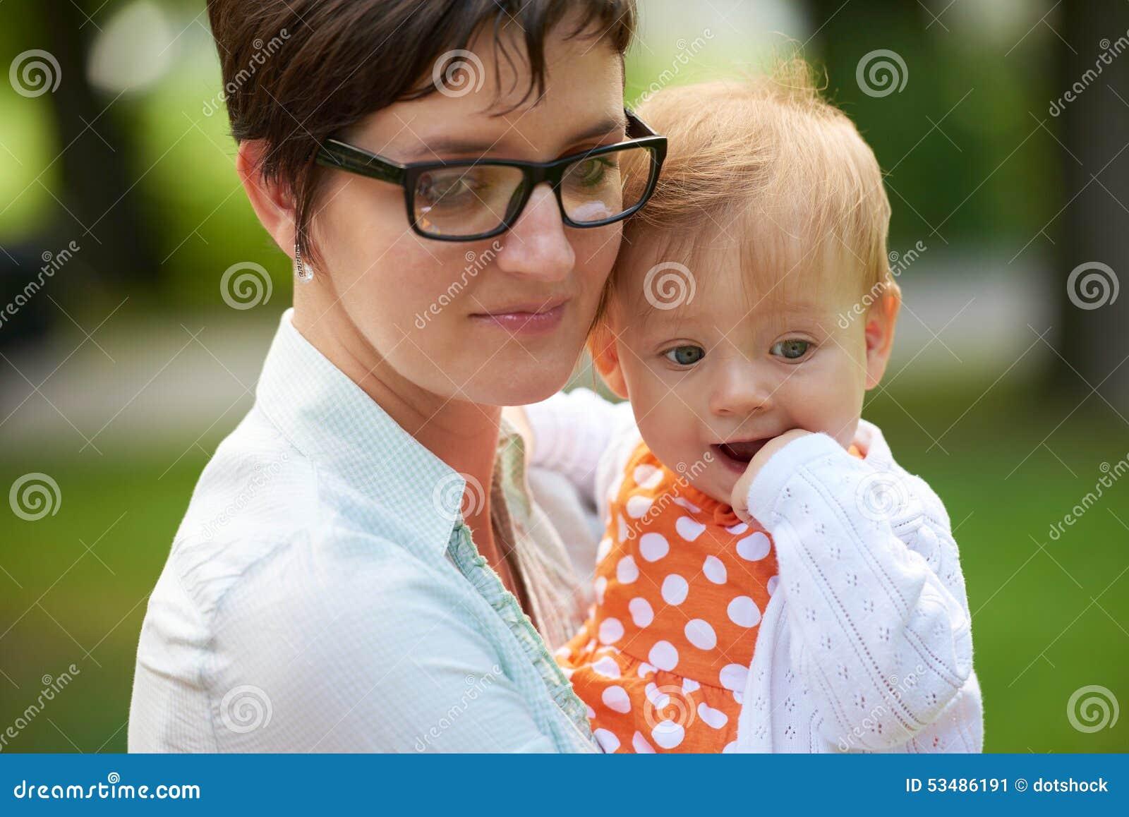Мама и младенец в природе