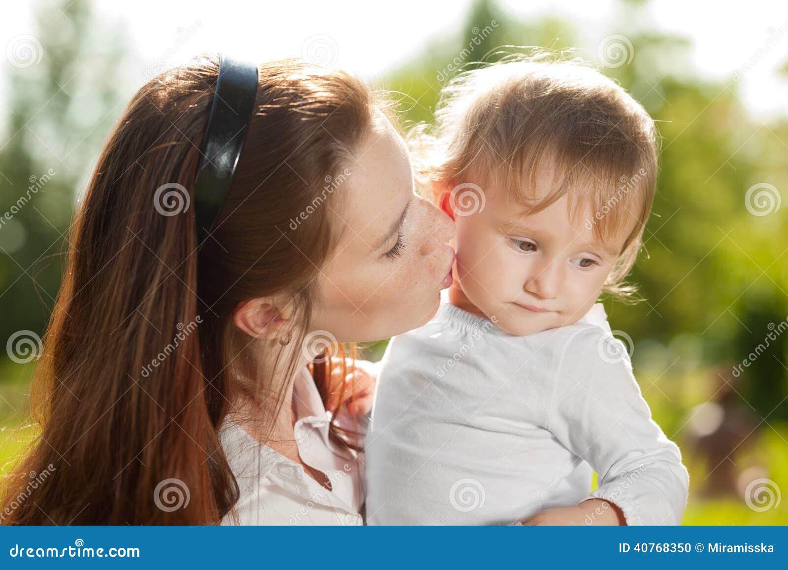 Мама и младенец красоты outdoors Счастливая семья играя в природе Mo