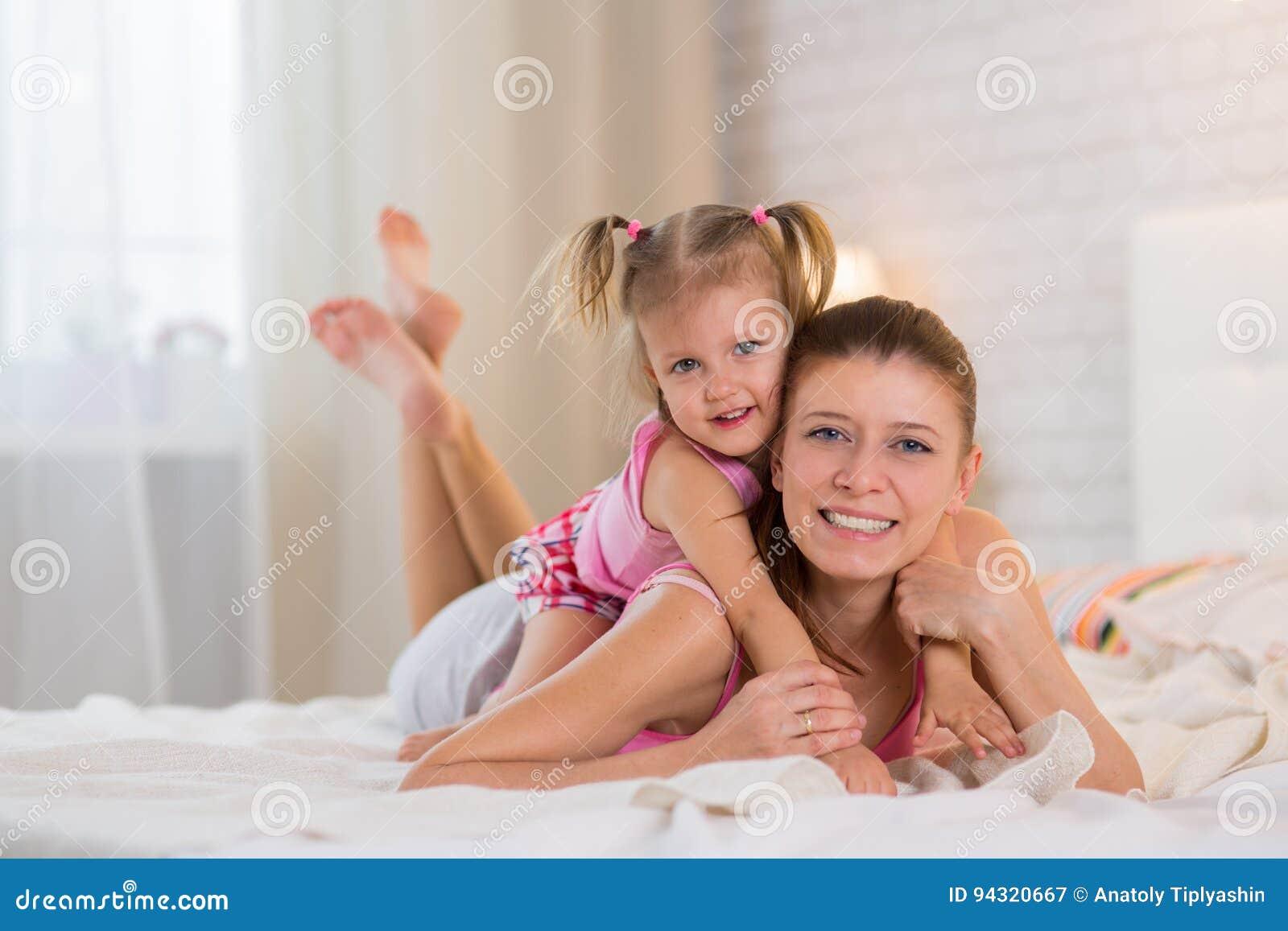 Девушек раздвинутыми в спальне с мамочкой грубый секс