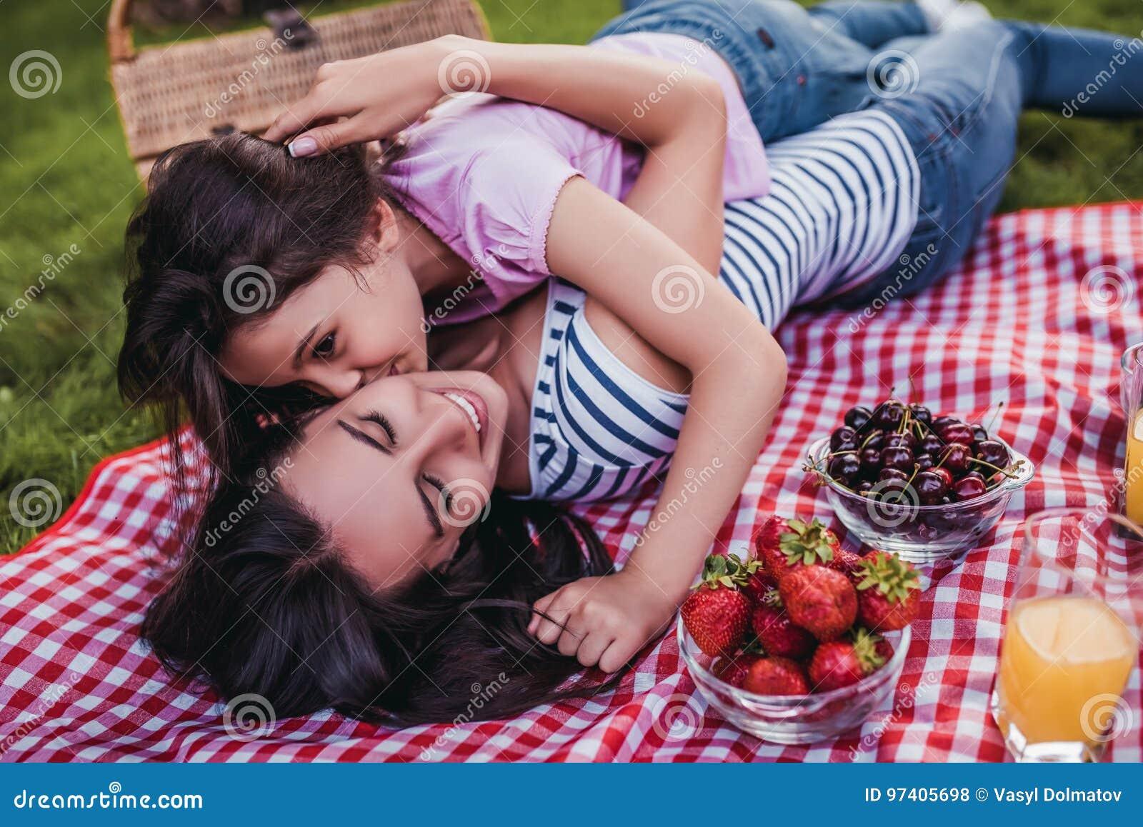 Мама и дочь на пикнике