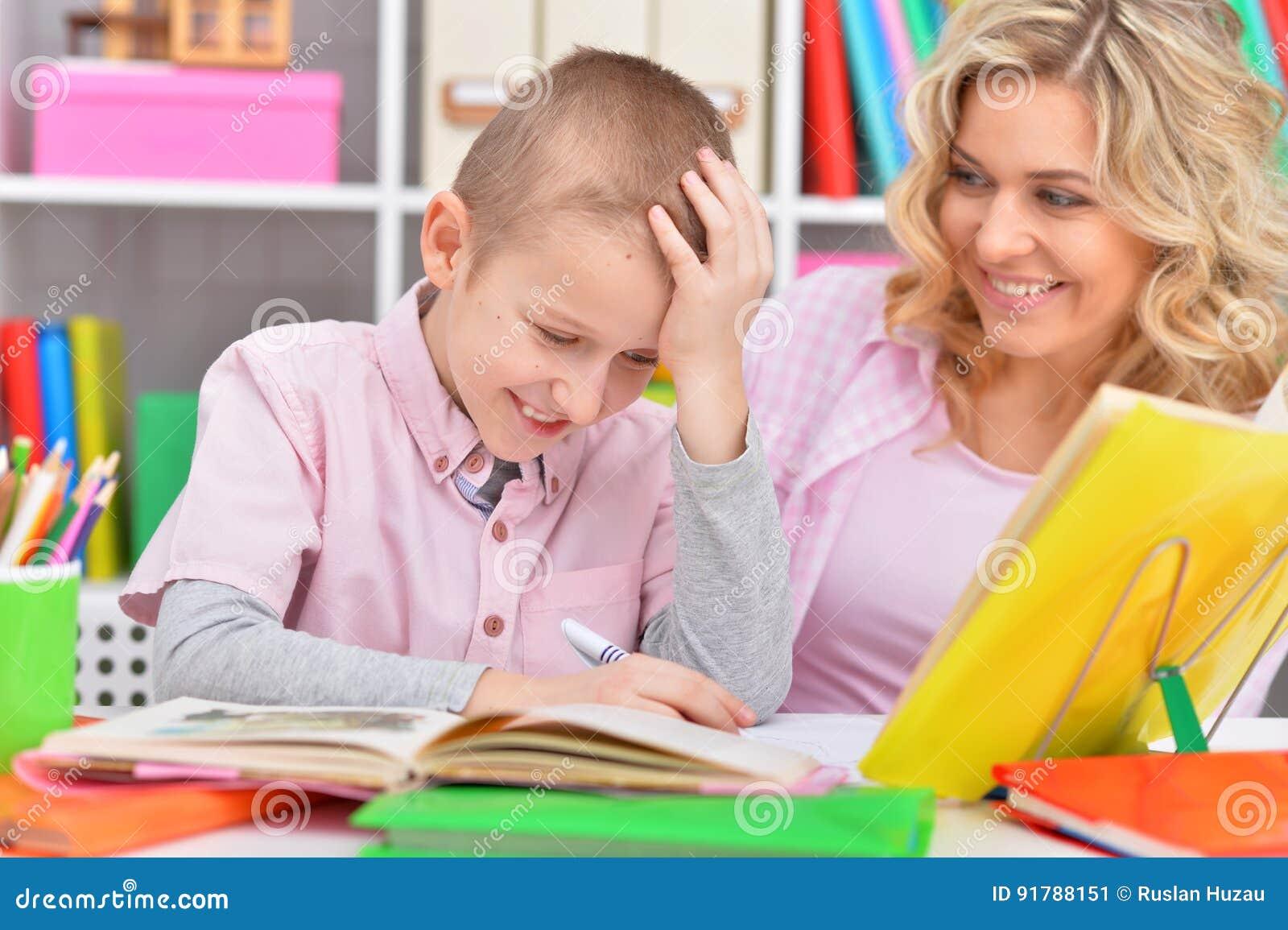Сын делал уроки и трахнул маму, Реальный инцест, сын трахнул маму порно видео онлайн 20 фотография