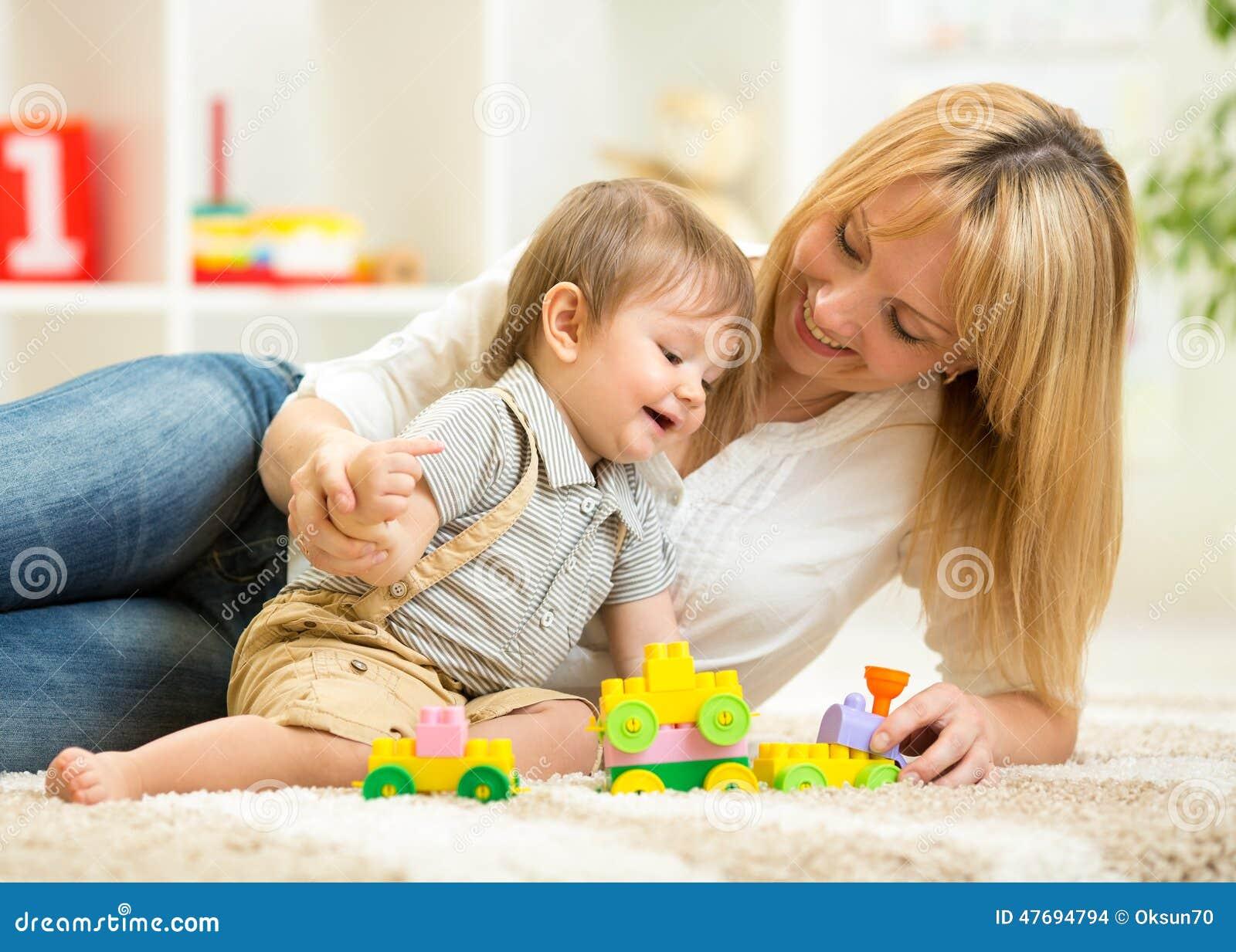 Сын с мамой забавляются фото 213-955