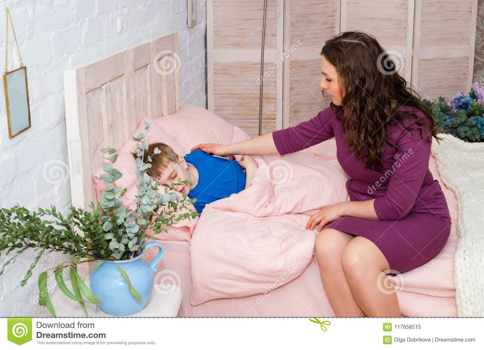 Мама пустила сына в кровать переночевать вместе