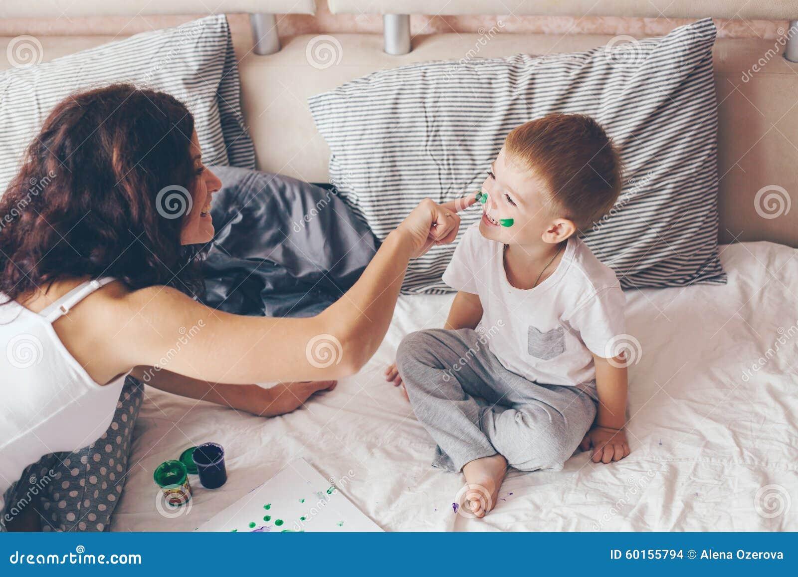 Секс мамы с сыном в спальне, Реальное русское онлайн видео секса матери с сыном 25 фотография