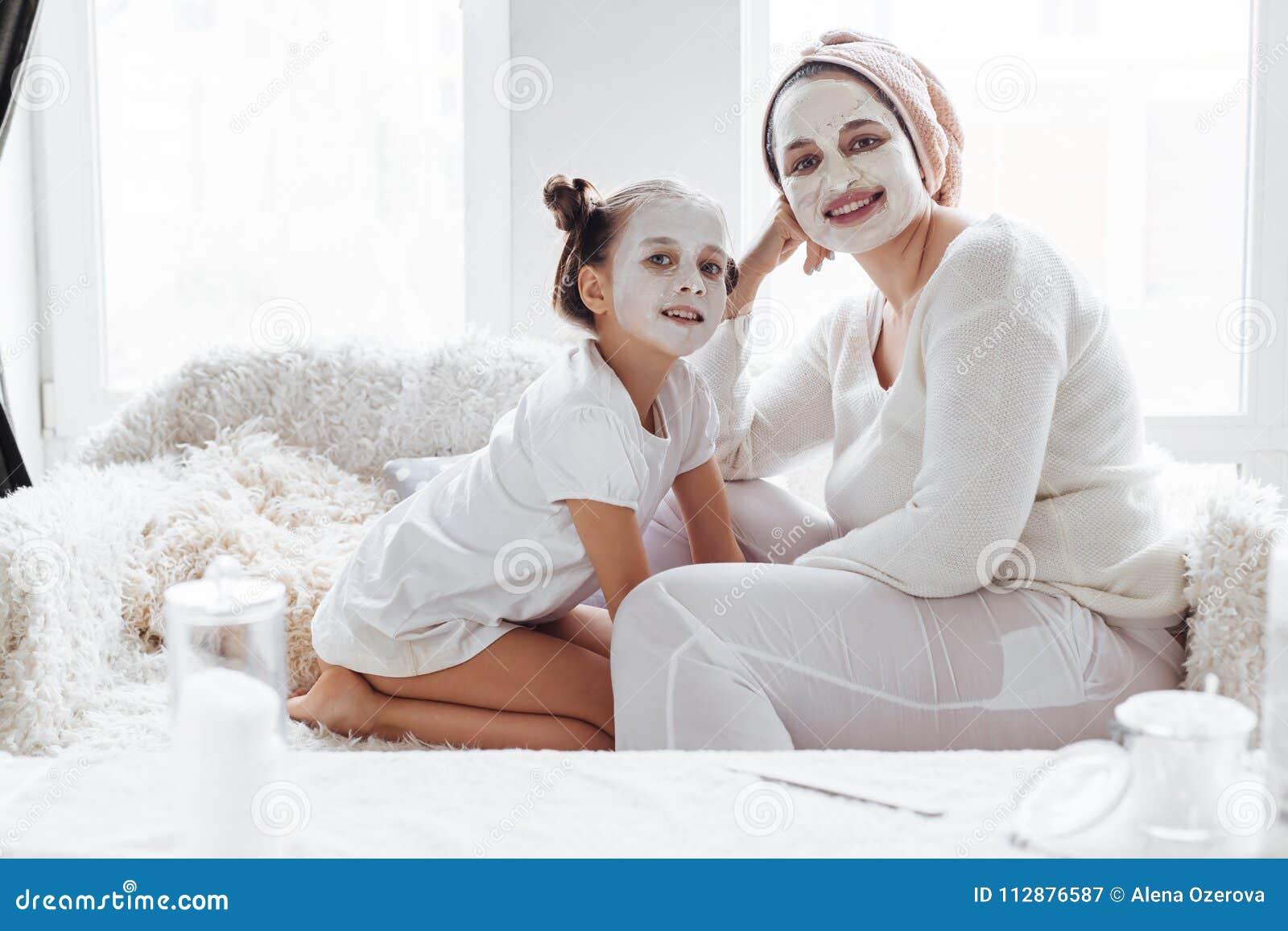 Мама при ее дочь делая лицевой щиток гермошлема глины