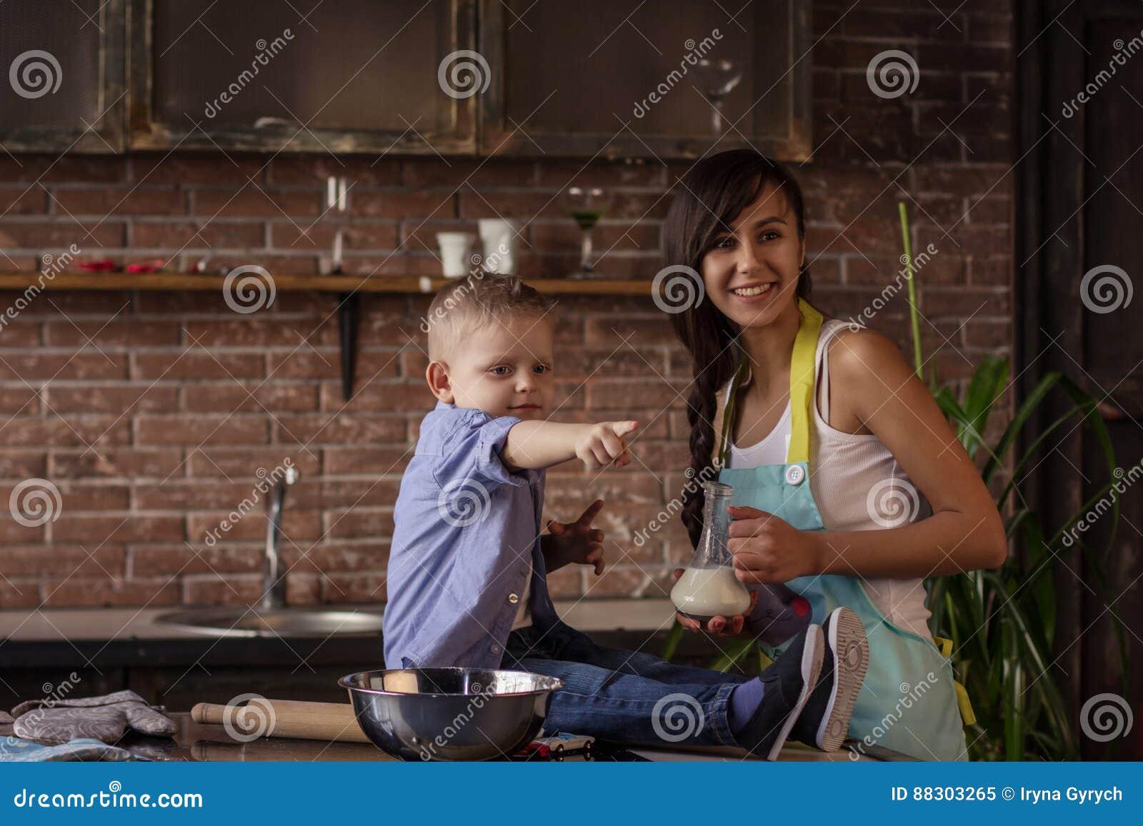 Сынок и мама на кухне